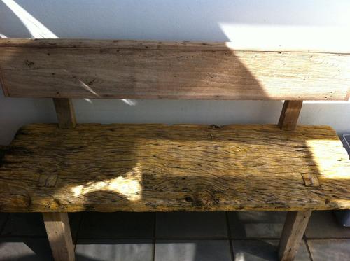 banco artesanal em antiga prancha de demolição.