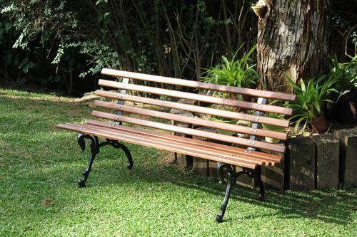 banco de jardim em madeira e pé de ferro tamandua