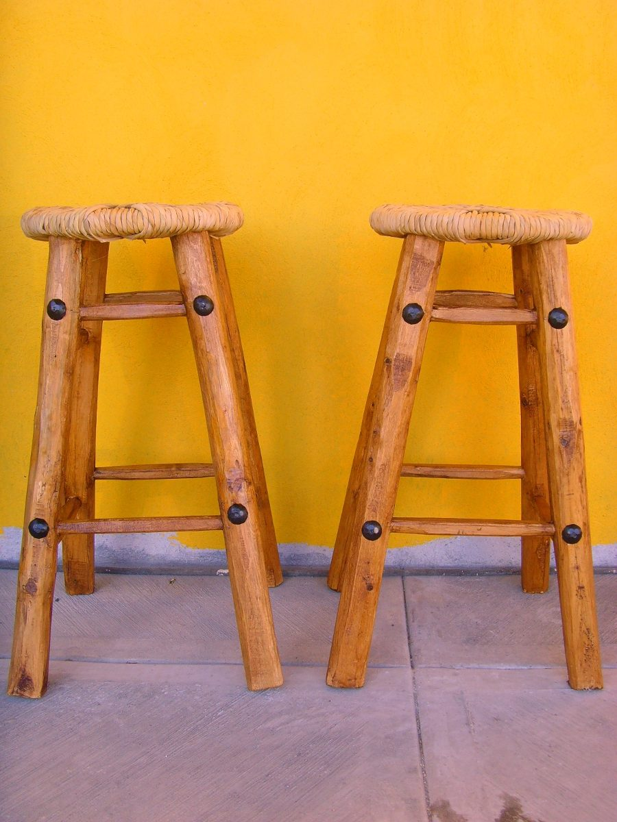 banco para bar artesanal de madera y tule estilo antiguo
