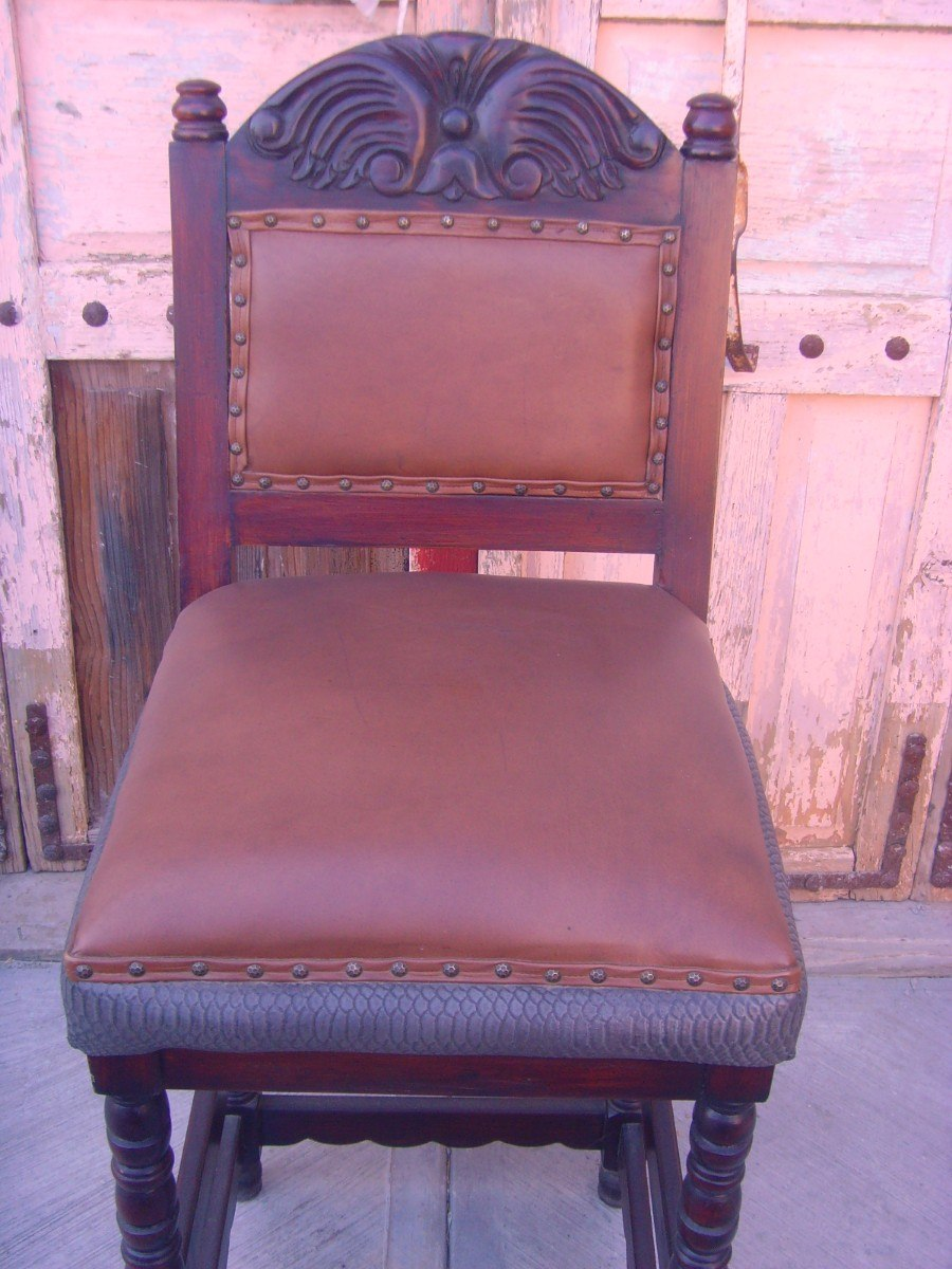 Banco para bar de madera tapizado con piel estilo antiguo for Bancos de bar de madera
