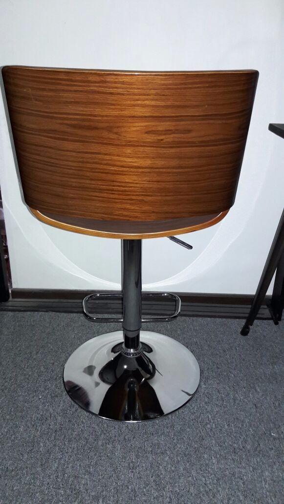 Banco para barra de cocina madera color nogal 2 590 for Bancos de madera para barra