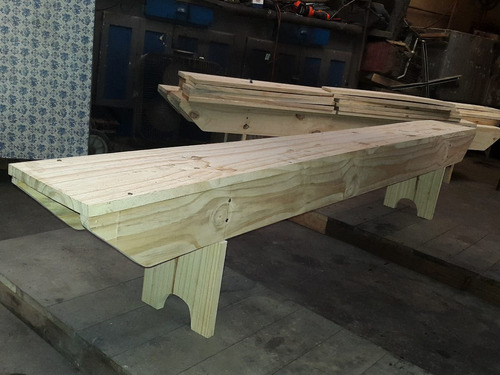 bancos de madera tornillados.