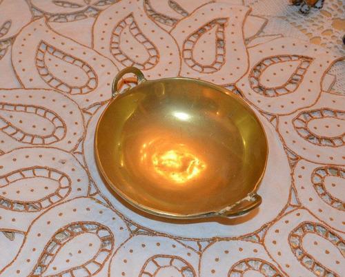 bandeja antigua de bronce macizo y pulido.