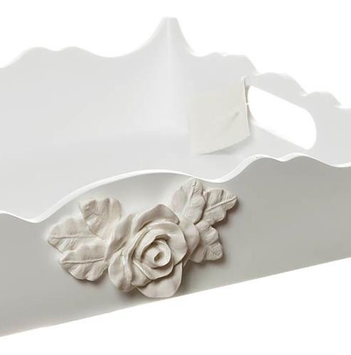 bandeja branca ondulada com rosa grande para quarto de bebê
