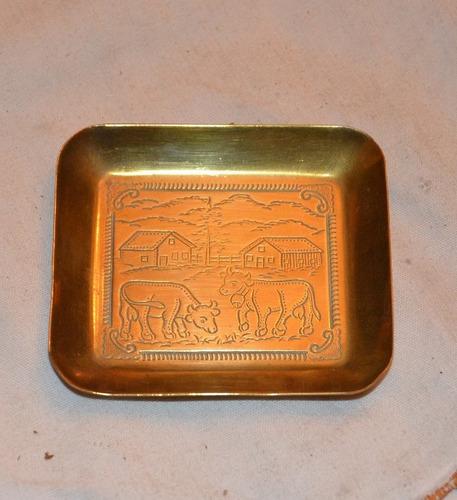 bandeja de bronce en miniatura con finos relieves.