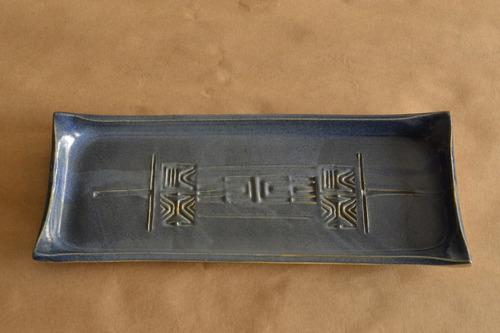 bandeja de sushi artesanal hecha en cerámica.