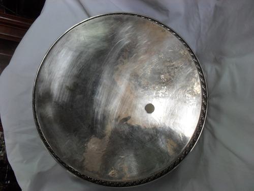 bandeja redonda con grabados y borde calado