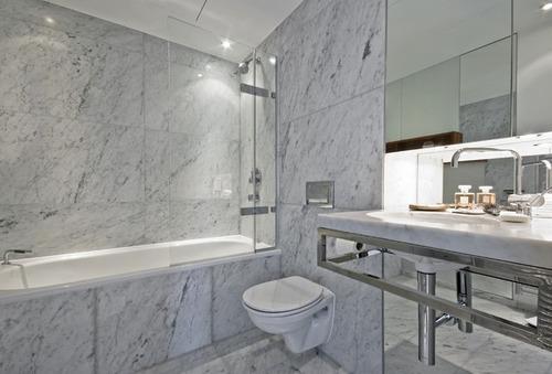 baño revestido en hermoso mármol de primera calidad