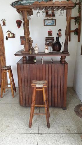 bar de madera con porta copas