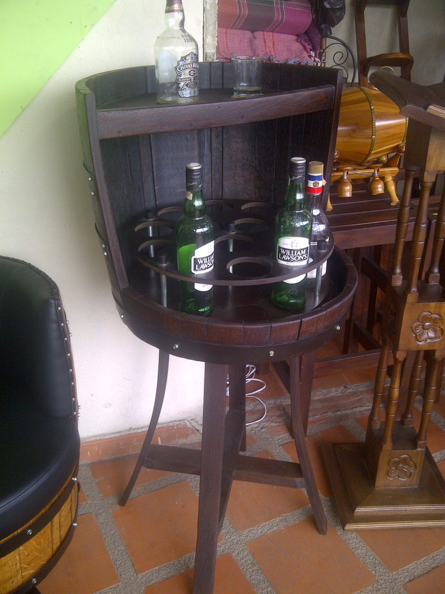 Bar licorera taurete o banco en madera con copero en for Barriles de madera bar