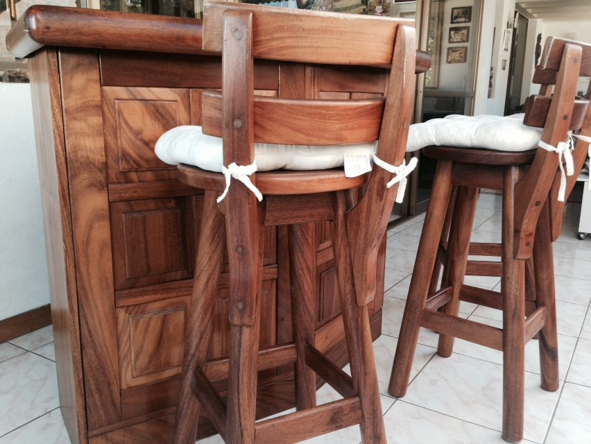 Bar madera saman con 4 sillas de bar y copero interno bs for Bar de madera usado