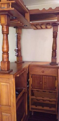 bar madera samán magdaleno con luces y 2 sillas. usado