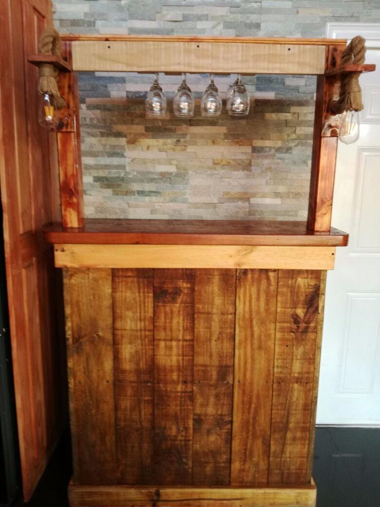 Bar rustico de madera con aplique de luz y colgador de for Bar madera brescia