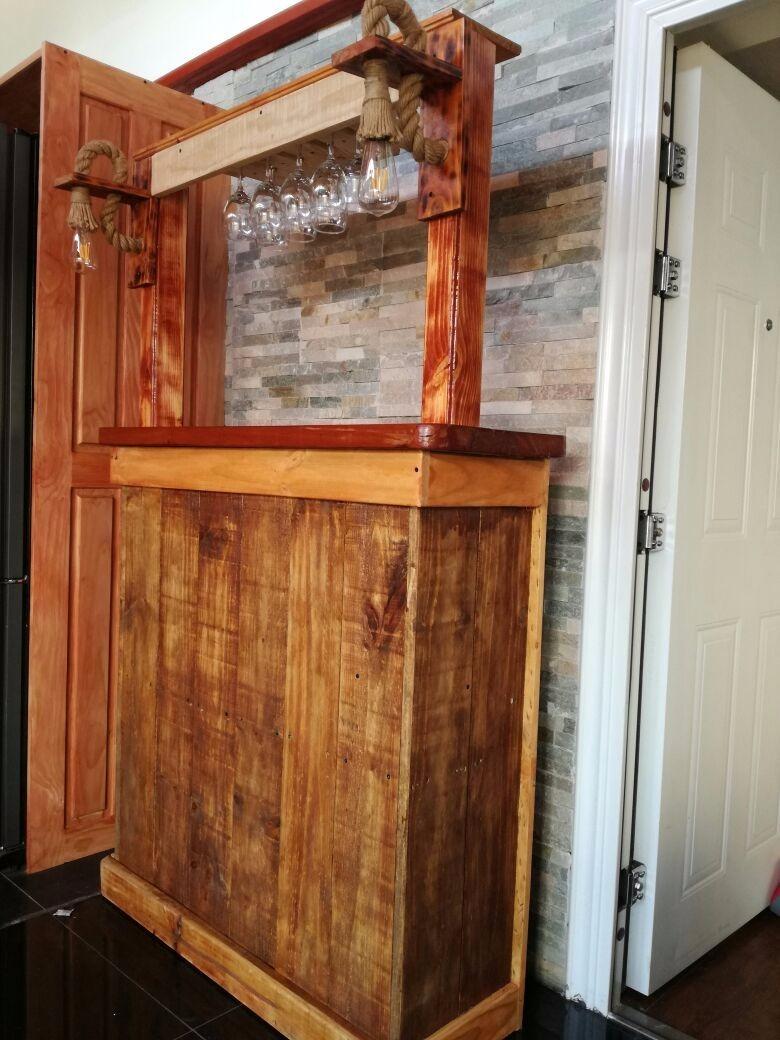 Bar rustico de madera con aplique de luz y colgador de for Mobiliario rustico para bares