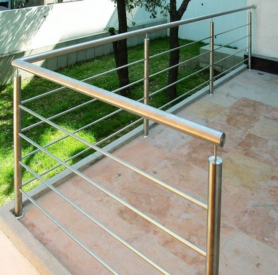 Escaleras acero simple escalera en casa residencial con for Barandas de acero