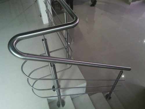barandas, mesas y pasamanos en acero inoxidable.