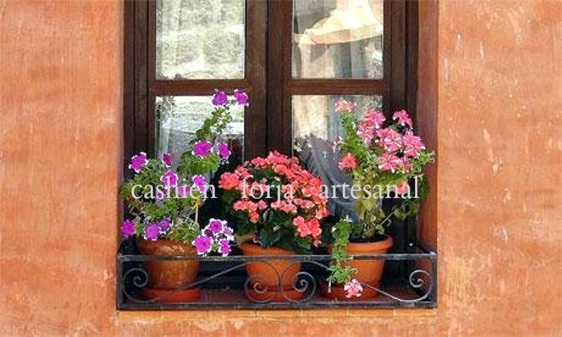 barandilla ventana macetas