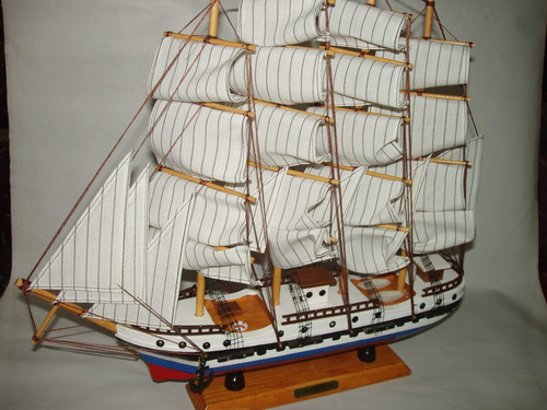 barco artesanal en madera tricolor evocando la esmeralda-
