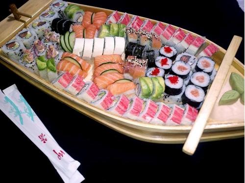 barcos y puentes para servir sushi