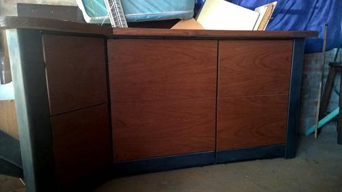 barra en madera con estructura de metal