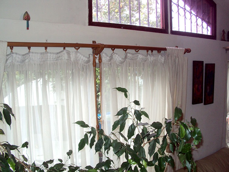 Barras en madera barnizada para cortinas en for Donde venden cortinas