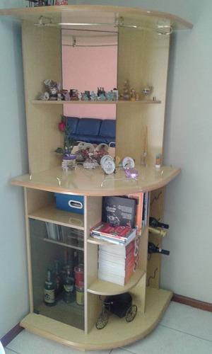 barzinho para sala com espelho porta de vidro e prateleiras