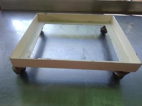 base de metal con ruedas para enfriador de agua