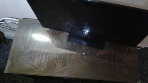 baul antiguo en madera tallada con vidrio excelente estado