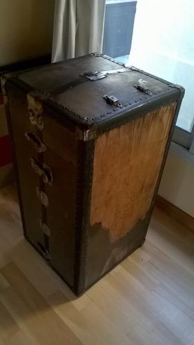 baul antiguo forrado con pasaportes viejos y cartas de vuelo
