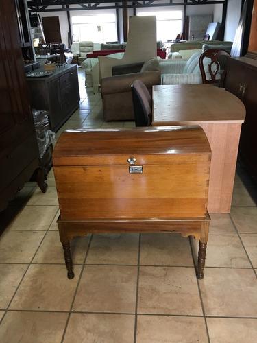 baúl , cofre antiguo de madera