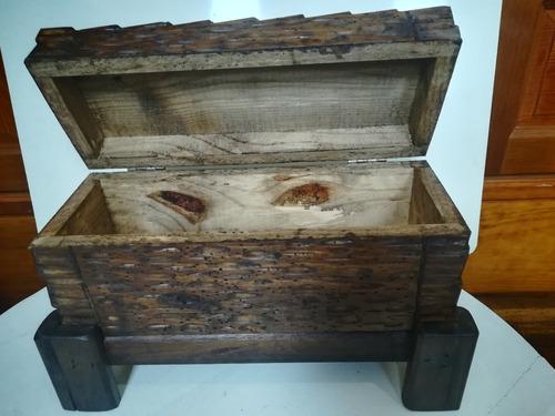 baúl cofre botellero de madera tallado a mano rustico