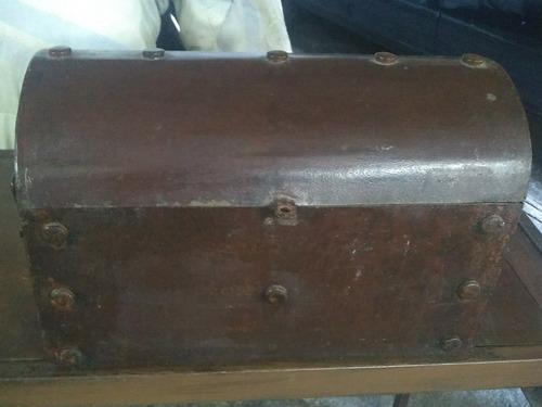baul de metal con forro de corcho adentro