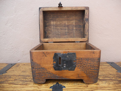 baúl rústico costurero de hongo. madera de pino apolillada.