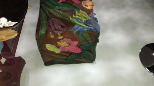 baúl tallado al alto relieve pintado al oleo