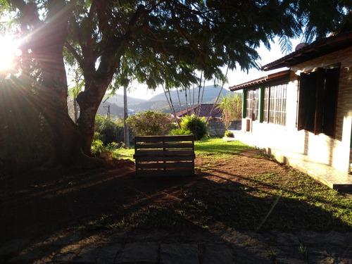 belíssima casa plana, com árvores no jardim, grd área plana
