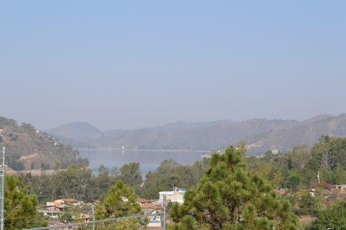 bella vista a la peña, lago y bosque.