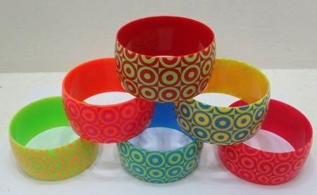 bellas pulseras colores vivos y a la moda fashion cartera