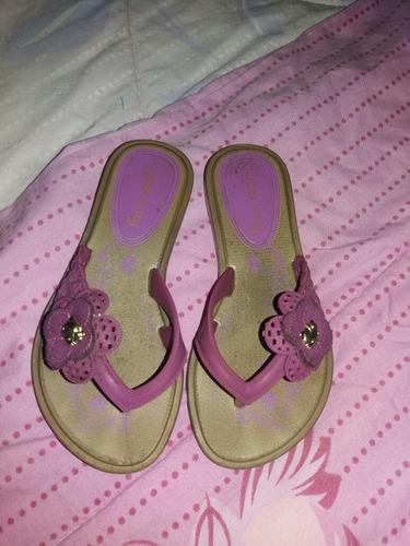 bellas sandalias de niña