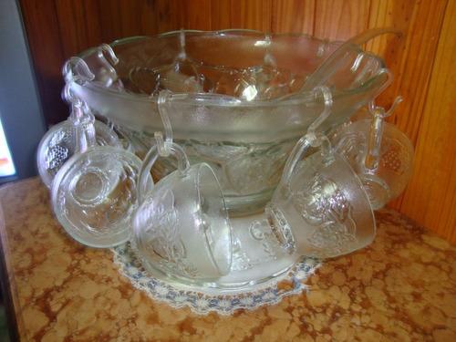 bellisima ponchera de vidrio labrado con 10 tazas.
