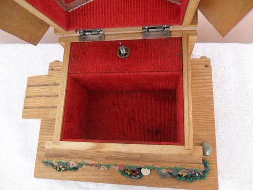 bello joyero diseño chalet de madera con mùsica. perfecto