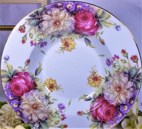 bello plato de porcelana con tema floral sopa