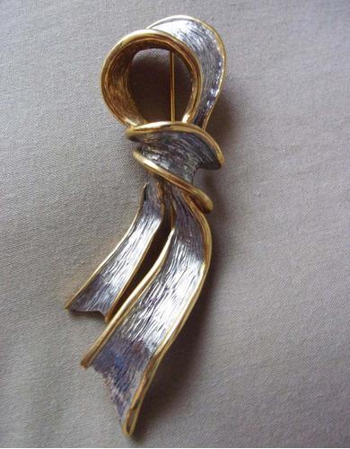 bello prendedor vintage dorado y plateado 11 cms.