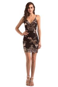 Vestido negro corto con accesorios dorados