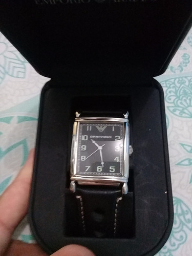 _belo relógio emporio armani. pulseira preta em couro.