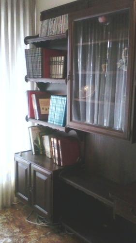 biblioteca de madera de caoba