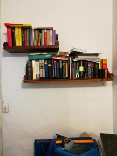 biblioteca flotante de madera maciza