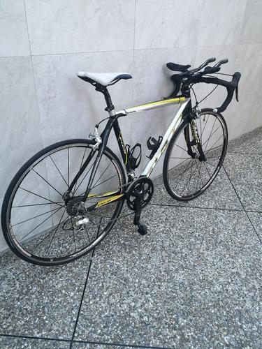 bicicleta de carbono para ruta marca fuji