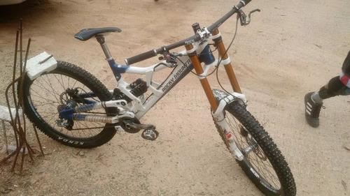 bicicleta downhill mountain bike