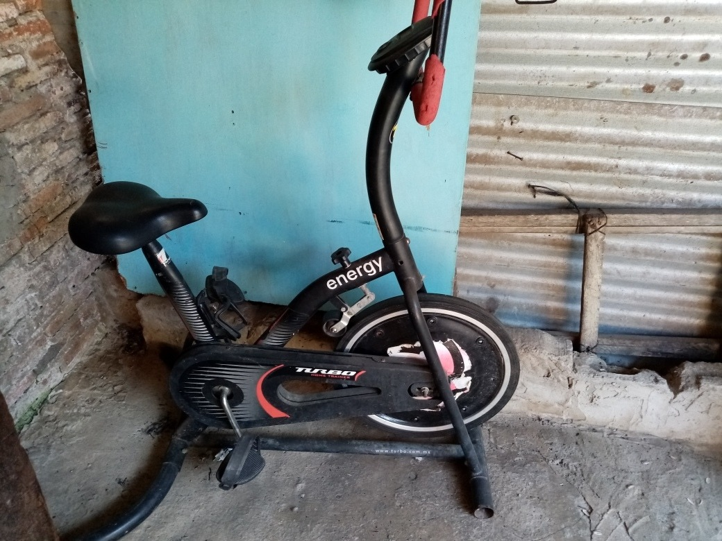 bicicleta fija para hacer ejercicio... semi nueva..
