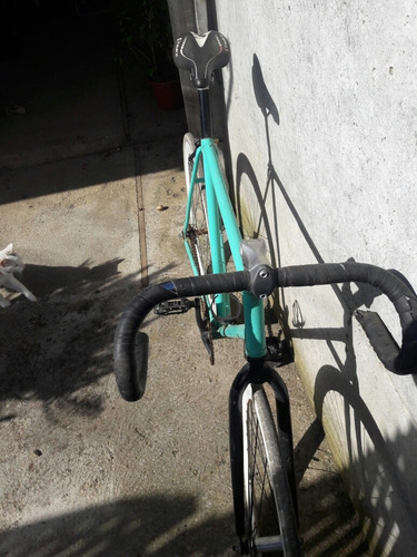 bicicleta fixie para reparación o desarme.